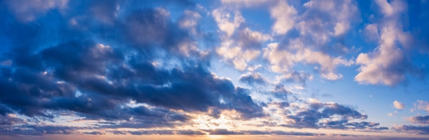 夕日と美しい曇り空。背景の空のパノラマ。