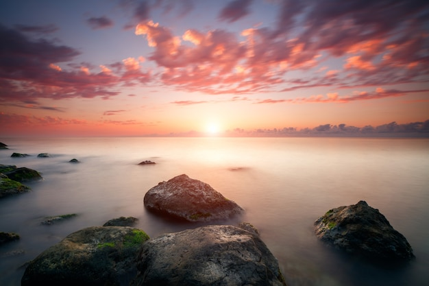 Красивый пасмурный закат и морской пейзаж