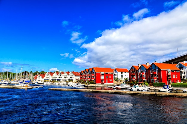 美しい海岸の風景: 港、ヨット、家