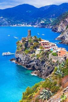 Красивая прибрежная деревня в национальном парке чинкве-терре, лигурия, италия
