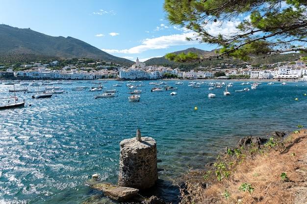 Красивая прибрежная деревня с лодками, стоящими на якоре в заливе