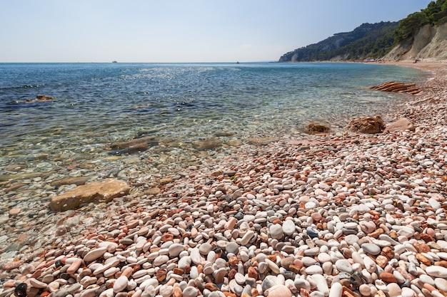Красивый вид на побережье ривьеры дель конеро. сироло, италия
