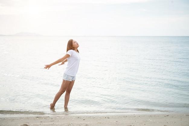 아름다운 해안선 여자 모래 혼자