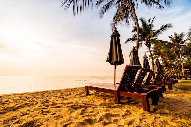 ビーチと海の美しいココヤシの木