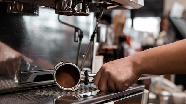 커피 머신에 아름다운 커피 탬퍼