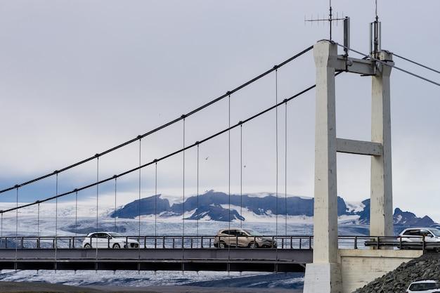 Красивый холодный пейзаж ледниковой лагуны йокулсарлон, исландия, летом с моста Premium Фотографии