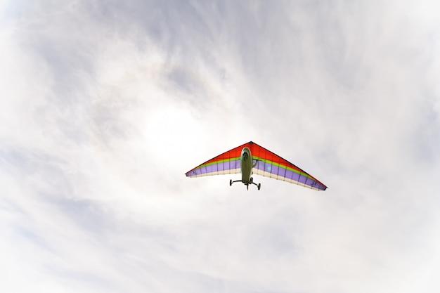 Красивый цветной дельтаплан в небе