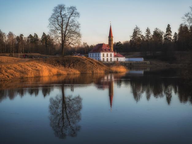 이른 봄에 푸른 호수 오래 된 성 및 물에 반사와 아름 다운 색 풍경