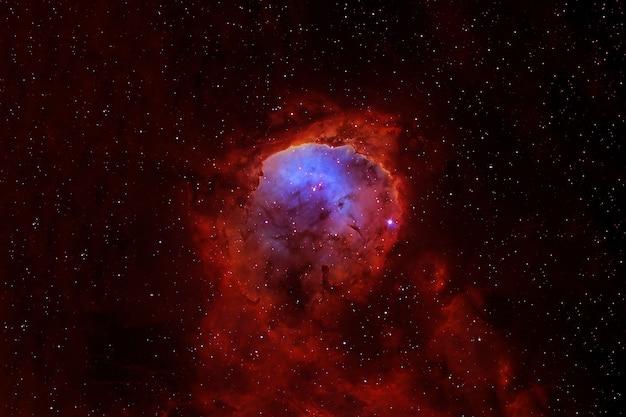 Красиво окрашенная галактика. голубое пространство со звездами.
