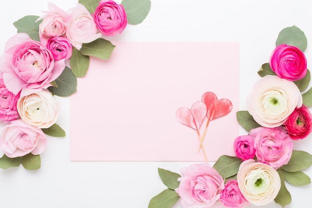 白い背景の上の美しい色のラナンキュラスの花。白紙のグリーティングカード