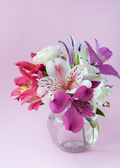 Красивые красочные цветы альстромерии в полном цвету с зелеными листьями. . перуанская лилия. букет цветов.