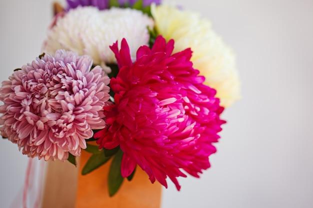 Красивый красочный букет цветов астры. мягкий фокус