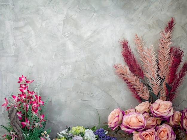 Красивый красочный букет цветов в старинном украшении вазы на деревянном столе на фоне бетонной стены в стиле лофт с копией пространства.