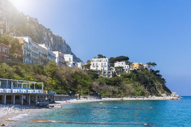 바다, 유럽, 전통적인 이탈리아 건축을 통해 산에 아름 다운 화려한 풍경. 아말피 해안-건축 및 여행 배경.