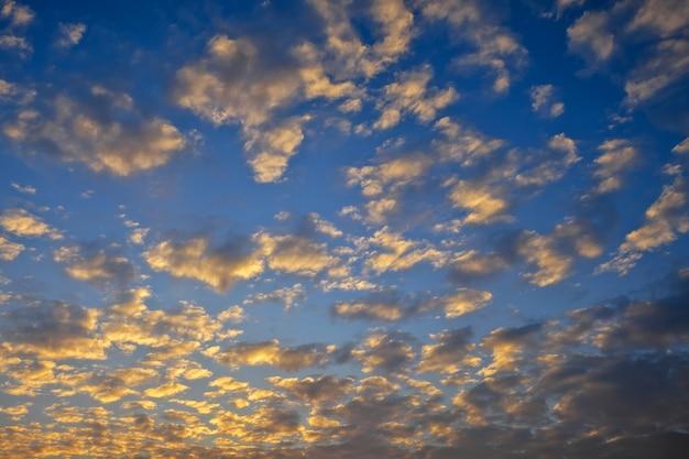 배경으로 아름 다운 화려한 흐린 일몰 하늘