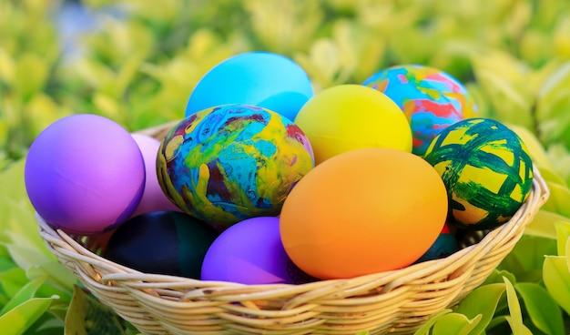 Красивые красочные пасхальные яйца в корзине на пасху