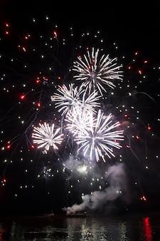 유람선에서 발사되는 아름다운 화려한 불꽃놀이