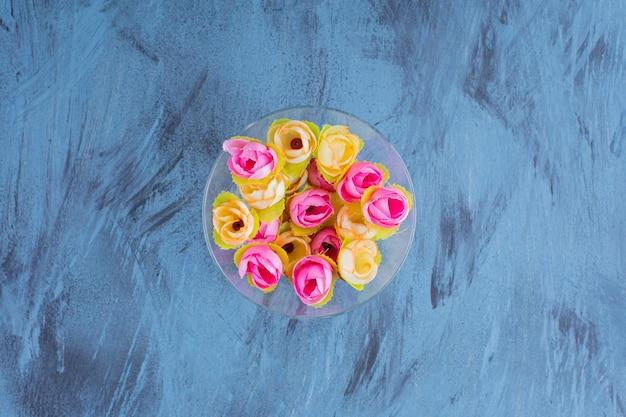 Bella disposizione dei fiori colorati sul blu.