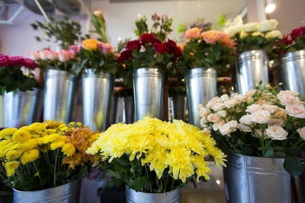 フラワーショップの美しい色とりどりの花