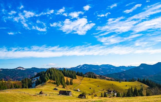 カルパティア山脈と小さな村を覆う美しい色とりどりの森