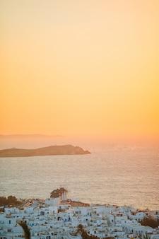 놀라운 그리스 도시 미코노스의 아름 다운 화려한 일몰