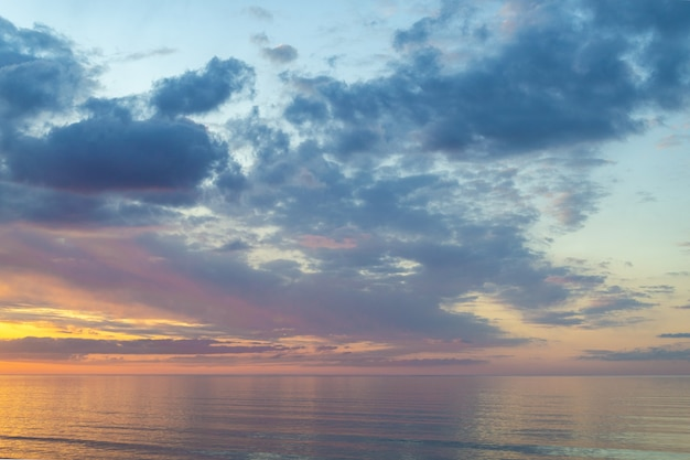 Красивый красочный закат над балтийским морем в теплый вечер