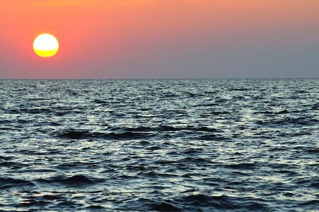 크림 반도 흑해의 물결치는 바다 위로 아름다운 화려한 일몰