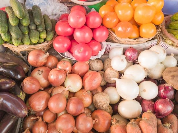 배경으로 아름 다운 다채로운 열 대 야채입니다. 농민 시장에서 신선하고 유기농 야채. 다양한 유기농 채소를 파는 농산물 직판장.