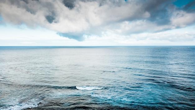 물과 해양 파도의 아름 다운 색깔 된 파란색 공중보기. 휴가 및 여행 개념에 대한 야외 자연 풍경
