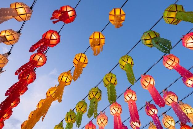 Красивые красочные фонарики в фестивале фонарика yee peng на wat phra которое hariphunchai в lamphun, таиланде.