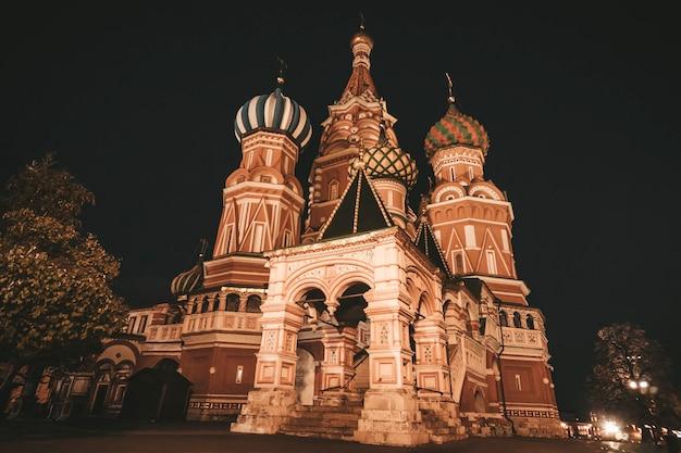 真のロシア風に建てられたモスクワの聖ワシリイ大聖堂の美しく、カラフルな、模様のあるドーム。ロシアのオトロドックス教会、主要な建築物、ロシアのシンボルの夜景。遺産