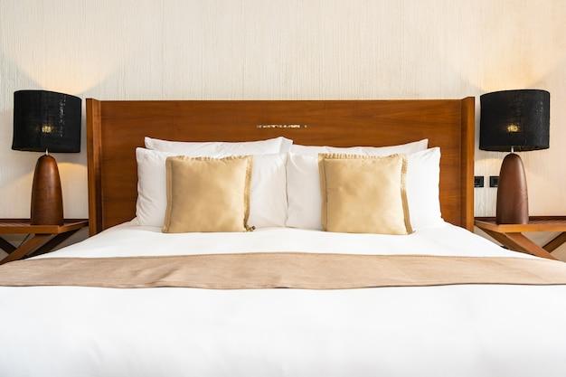 침실에서 침대 장식에 아름다운 편안한 고급 흰색 베개와 담요