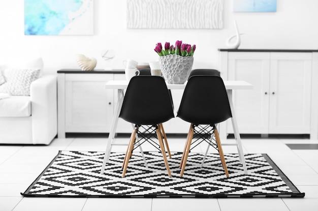테이블과 의자가있는 아름답고 편안하고 현대적인 인테리어