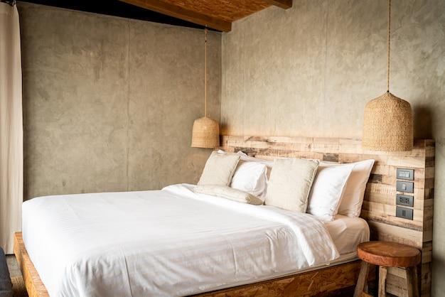 ベッドの上の美しい快適な枕