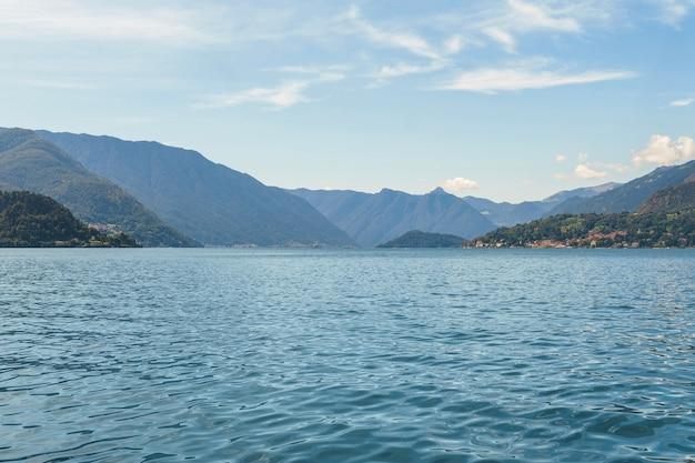 イタリアのヴァレンナ村の美しいコモ湖