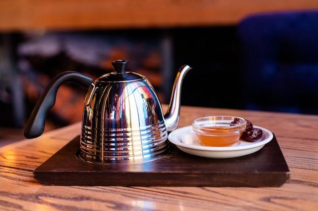 홍차용 찻주전자와 꿀이 든 접시의 아름다운 구성