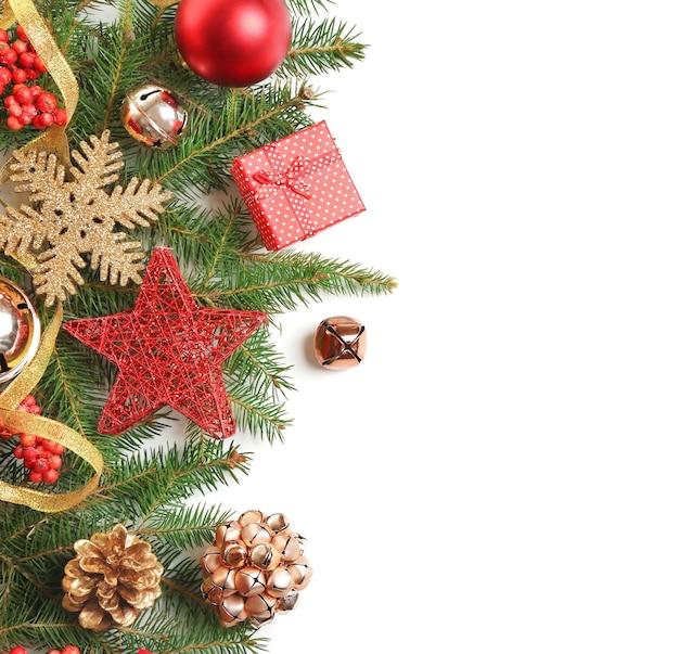 白い表面のクリスマスの装飾の美しい構成