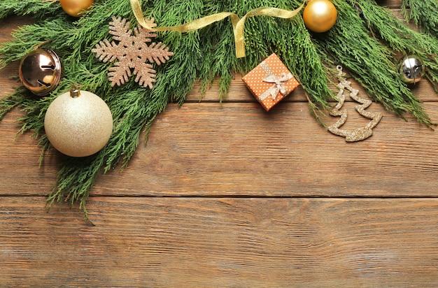 木製の表面のクリスマスの装飾の美しい構成