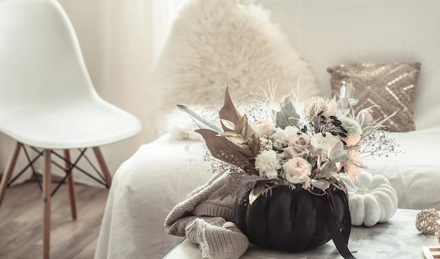 部屋の内部の花の美しい構成
