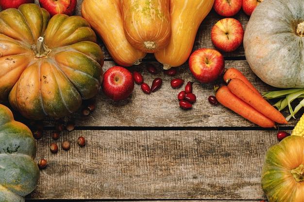 風化した木製の背景の上面図に秋の野菜と美しい構図