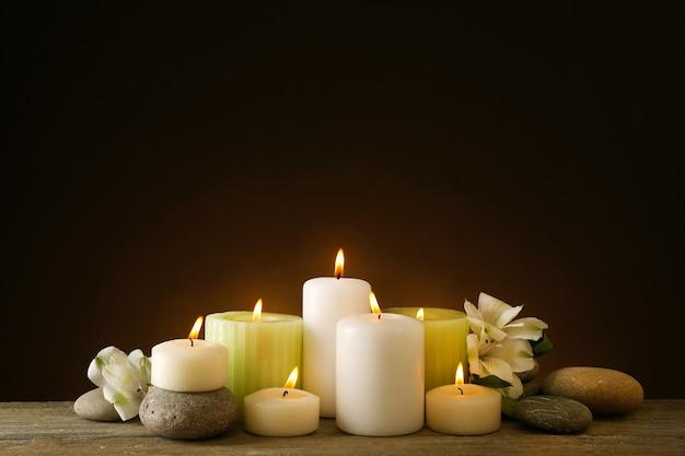 촛불과 스파 돌으로 아름 다운 구성