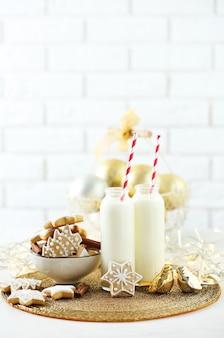 Красивая композиция с рождественским печеньем и молоком