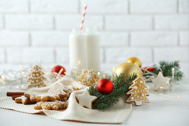 クリスマスのクッキーとミルクで美しい構図