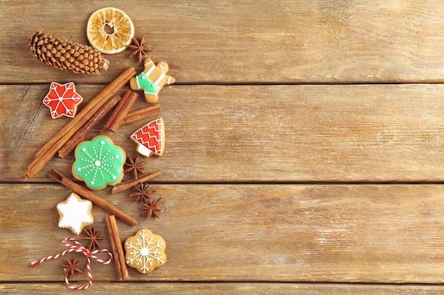 나무 배경에 크리스마스 쿠키가 있는 아름다운 구성