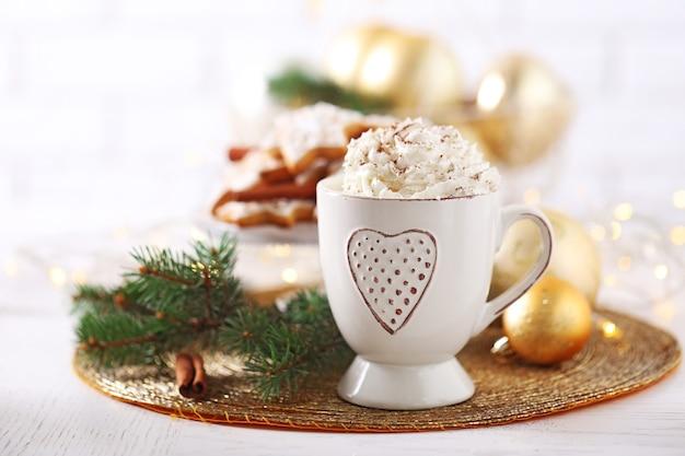 カプチーノとクリスマスクッキーのカップで美しい構図