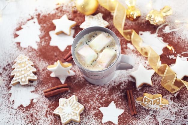 ココアとクリスマスクッキーのカップと美しい構図