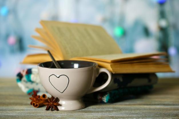 Красивая композиция с чашкой горячего напитка на поверхности света