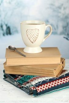 뜨거운 음료 한잔과 함께 아름다운 구성