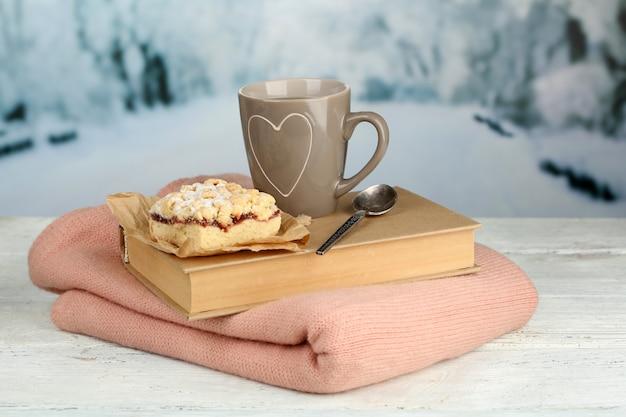 Красивая композиция с чашкой горячего напитка