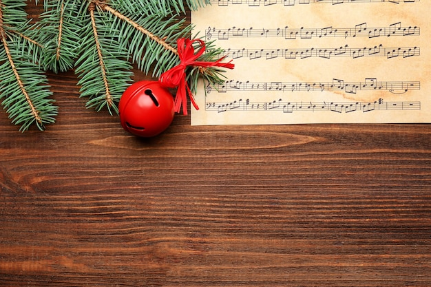 Красивая композиция с украшениями и нотами на деревянных фоне. концепция рождественских песен